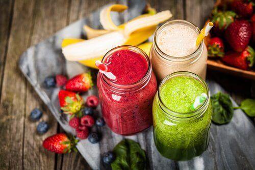 fruktsmoothies med sugrör