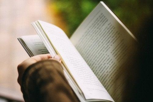 person som läser en bok