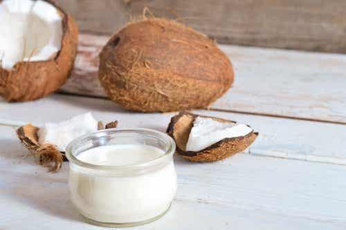 Så kan du förebygga gråa hår och håravfall med kokosolja