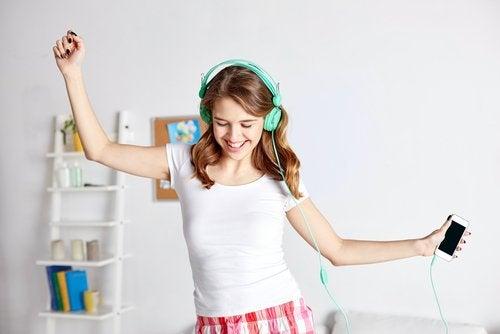 kvinna som dansar till musik