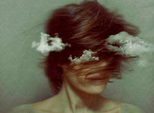kvinna med huvudet i molnen