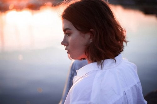 kvinna tittar ut över en sjö
