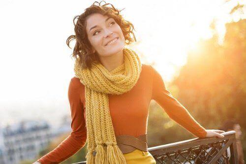 glad kvinna i solen