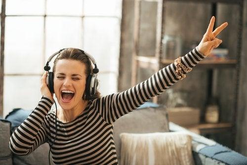 kvinna som lyssnar på musik