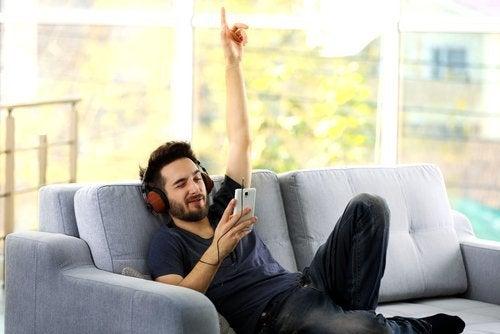man som lyssnar på musik