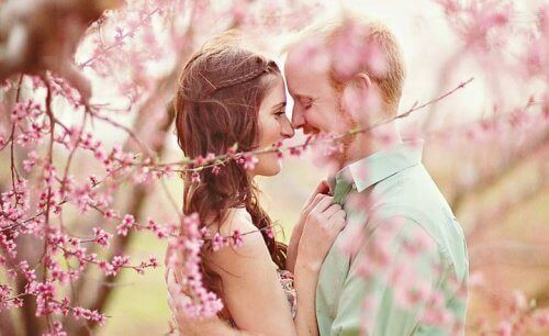 lyckligt par band blommande träd