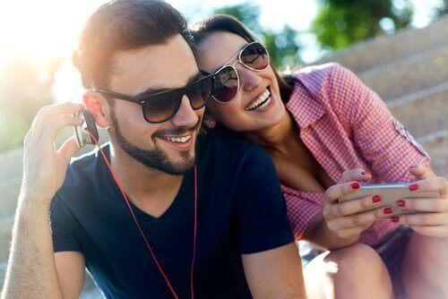 par som lyssnar på musik