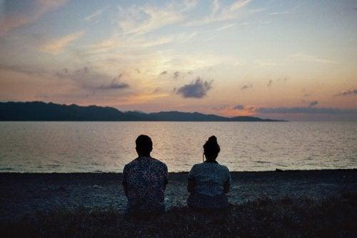 par sittandes vid en sjö