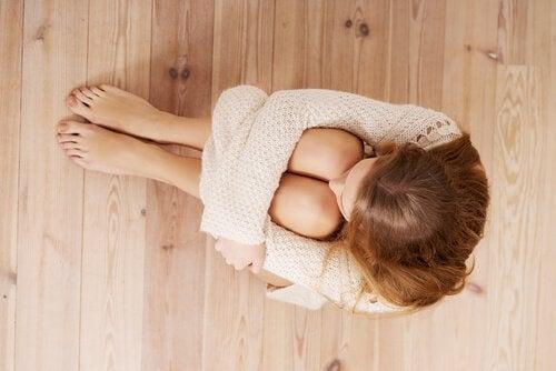 Kvinna sitter på golvet
