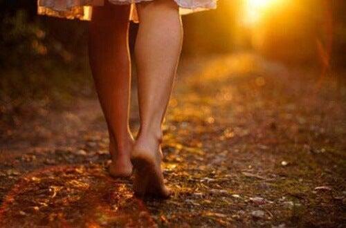 Kvinna går barfota