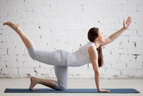Kvinna tränar ländryggen