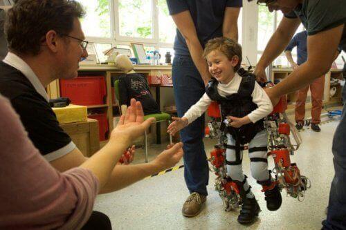 Exoskelett kan hjälpa förlamade barn att gå igen