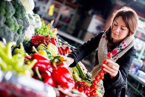 hög livskvalitet: vinna väljer grönsaker vid marknad