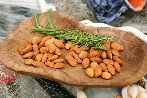Tvätta ansiktet med mandlar och rosmarinvatten