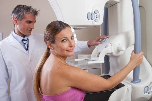 kvinna på mammografi