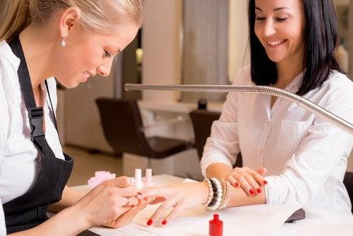 Hos nagelskulptören