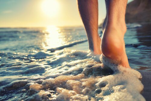 person som går i vatten