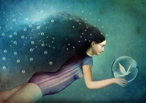 Simmande kvinna