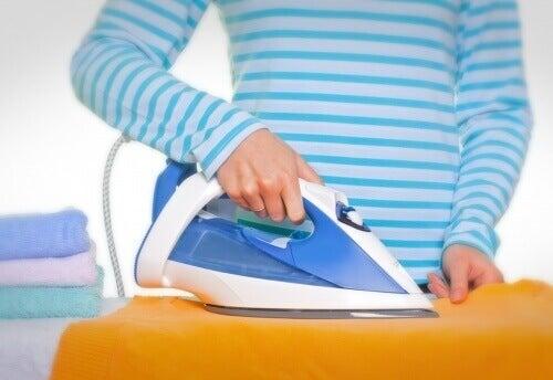 48fe4c3836e6 Bör du kasta kläder med fettfläckar? Prova dessa trick — Steg för Hälsa