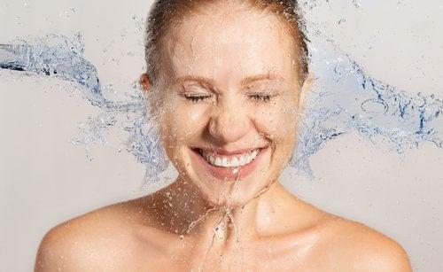 Ta en varm dusch när du har ont i nacken