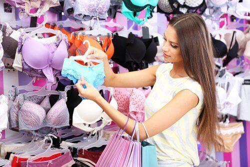 kvinna som handlar underkläder
