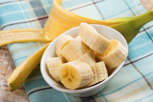 skivade bananer i skål