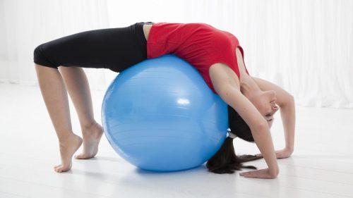 Genom att stretcha kan du naturligt lindra ryggsmärtor
