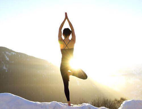 kvinna-gör-yoga