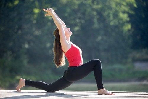 Att stretcha dina höfter slappnar av ryggen
