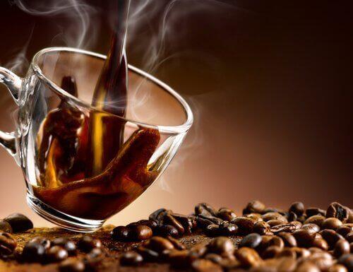 Kaffe kan verka irriterande på dina vävnader