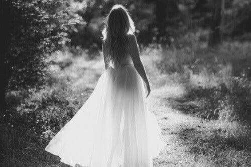 Kvinna på stig