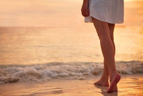 barfota person på stranden