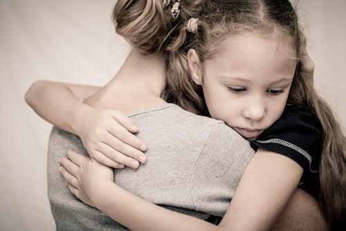 Flicka kramar mamma