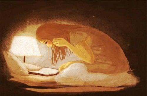 kvinna skriver i en bok