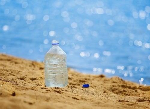 Plastflaska på stranden