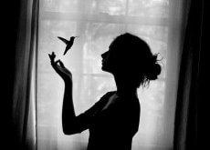 Kvinna med kolibri