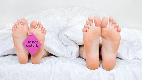 fötter i sängen
