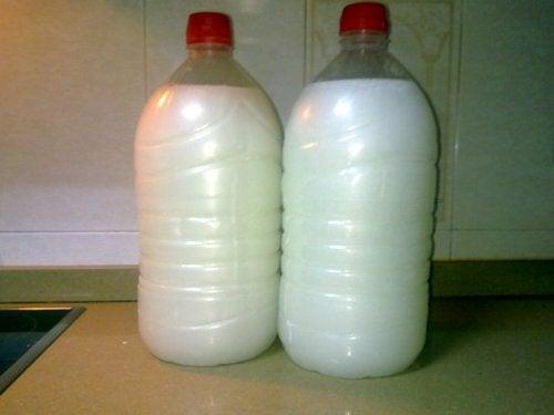 flaskor med kaustiksoda