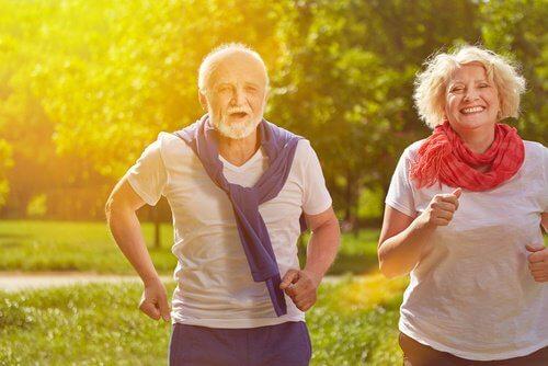 äldre par motionerar