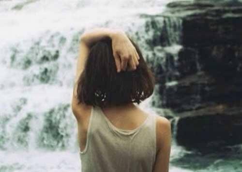 Kvinna framför vattenfall