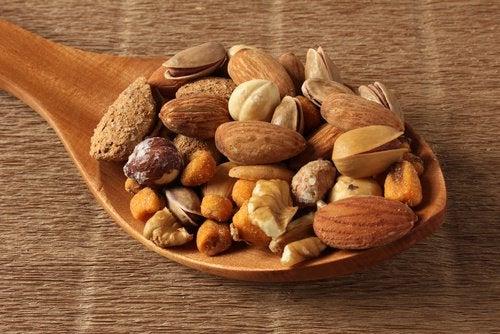 Olika sorters nötter på en trädsked