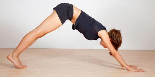 Börja i plankposition och lyft upp kroppen i en vinkel.