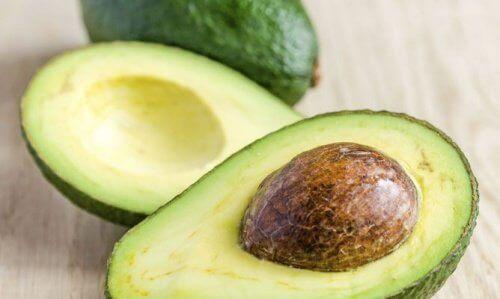 Avokado ger näring åt torrt hår