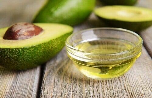 halvad avokado och skål med avokadoolja