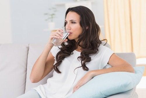 Drick vatten för att mjuka upp din avföring