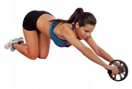 Att träna magen med ett hjul bygger muckler