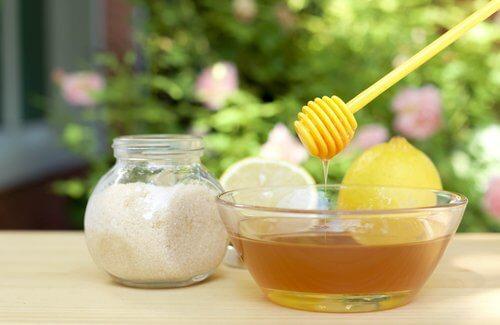 honung och citronsaft i skål