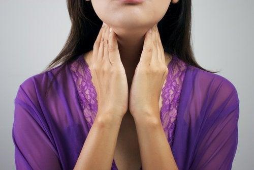 Kvinna känner efter sköldkörteln