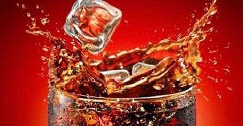 Is i ett glas med läsk