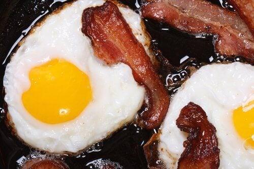 Stekt ägg och bacon